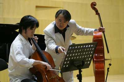 大提琴家王健北京国际音乐节上演巴赫组曲