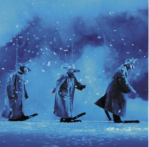 资料图片:舞台剧《下雪了》--三绿色小丑走路