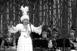 哈演员用中文唱《我的祖国》赢来观众热烈掌声