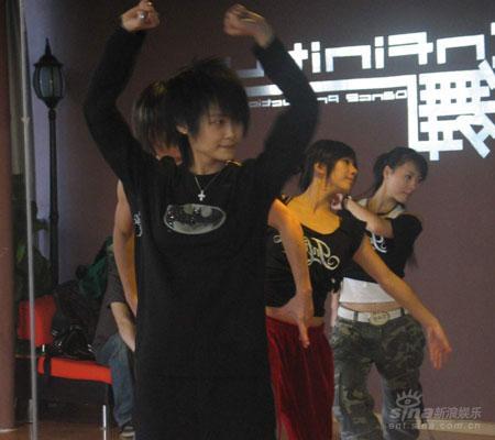 李宇春为巡演开心练舞将首唱新碟全部歌曲(图)