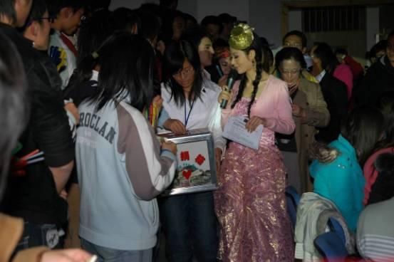 快乐慈善巡演青年政治学院开幕传递希望接力棒