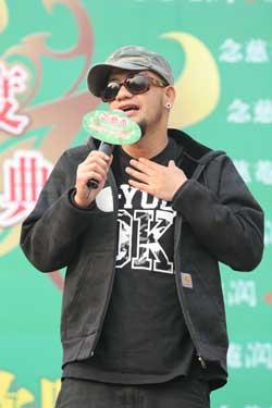 张震岳欢乐谷献唱又玩又唱引来歌迷尖叫(图)