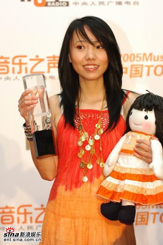 图文:曹方获最佳唱片奖对心爱娃娃不离不弃