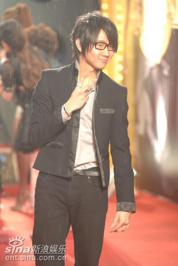 图文:林俊杰驾临金曲奖休闲打扮个性眼镜