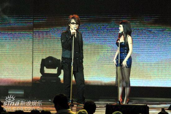 """图文:伍佰玩转舞台传授蔡依林""""花朵舞"""""""