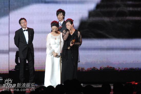 图文:张弘毅夫人上台声泪俱下发表感言