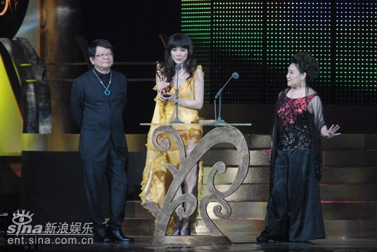 图文:谢金燕意外能以舞曲得奖激动不已