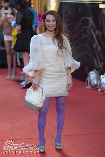 图文:许哲佩红花配紫袜抢眼装扮亮相红毯