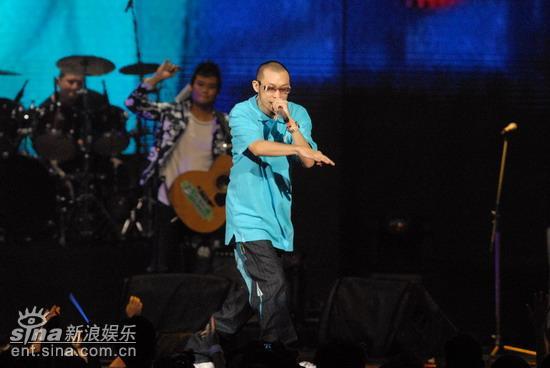 图文:哈狗帮演唱歌词即兴调侃台下众明星