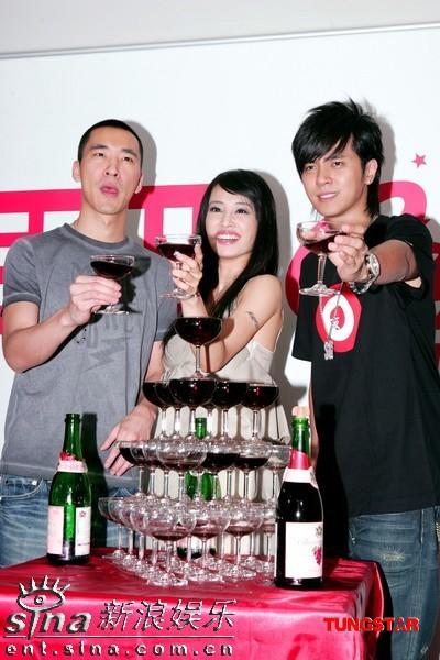 图文:金曲奖庆功--蔡依林和两位好友
