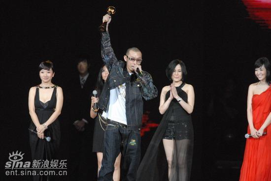 图文:哈狗成为最后的大赢家高举奖杯
