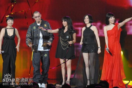 图文:众主持人宣布本届颁奖典礼结束
