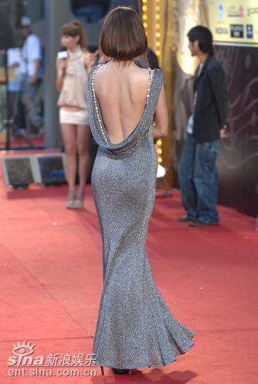 图文:名模王尹平银色礼服亮相红毯大秀美背