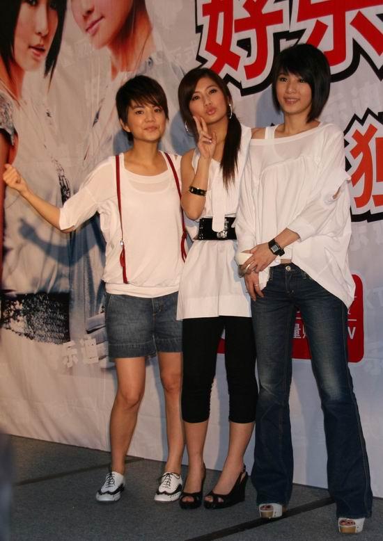 组图:S.H.E上海签售火爆《PLAY》音乐玩到疯