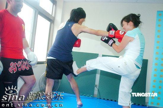 谁跟妈妈玩���)��,_组图:南拳妈妈玩泰拳 成员称蔡依林决定周侯恋