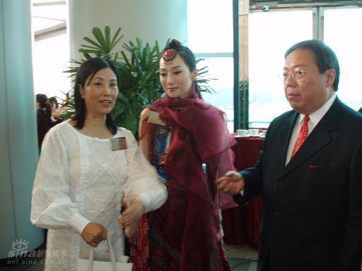 图文:萨顶顶赴港庆祝香港回归十周年(3)