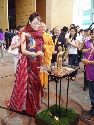 图文:萨顶顶赴港庆祝香港回归十周年(5)