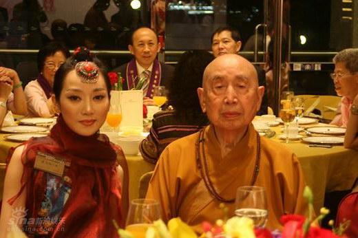 图文:萨顶顶赴港庆祝香港回归十周年(7)