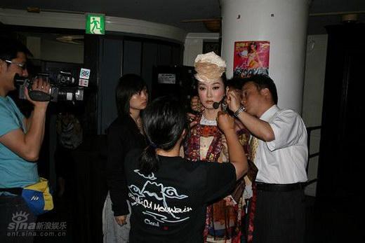 图文:萨顶顶赴港庆祝香港回归十周年(13)