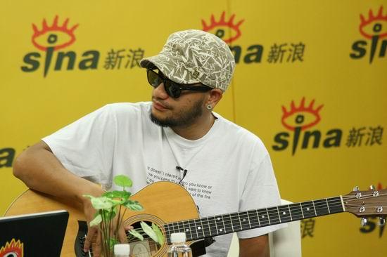 图文:张震岳做客新浪--吉他不离身