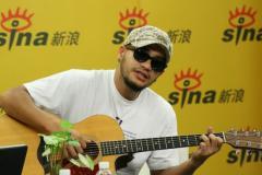张震岳做客新浪聊天现场吉他弹唱回馈网友(图)