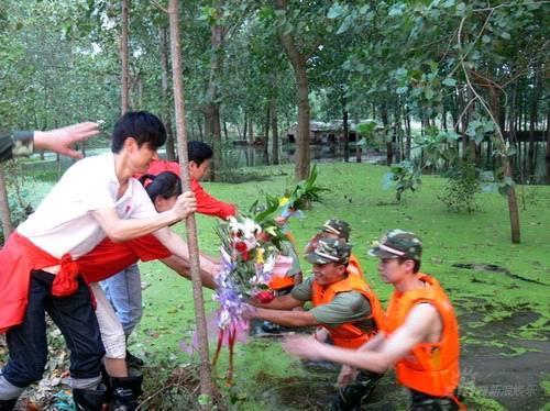 图文:《同一首歌》慰问给水中奋战战士送献花