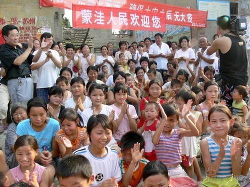 图文:《同一首歌》慰问演出热情的蒙洼村民