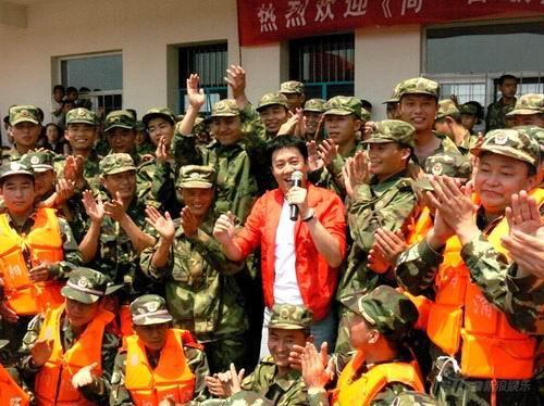 图文:《同一首歌》慰问蔡国庆与战士们合唱