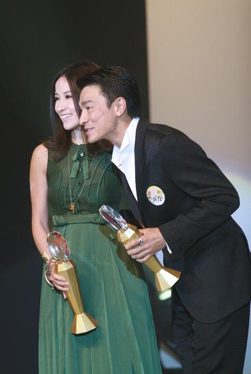 图文:刘德华萧亚轩共同上台领奖亲密合影