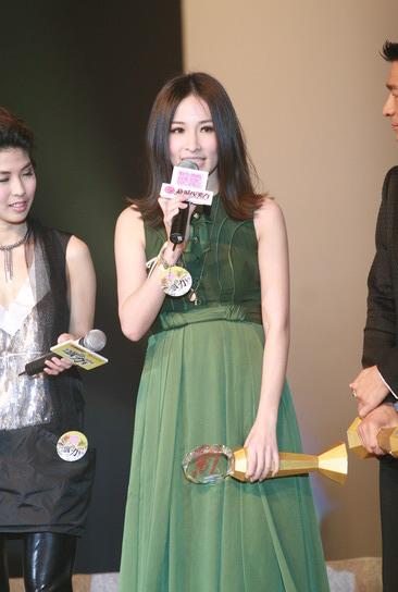 图文:萧亚轩《Honey》获奖绿色长裙发表感言