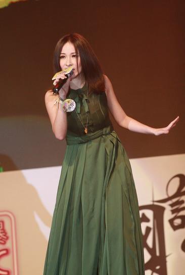 图文:萧亚轩深情演唱朴素长裙掩不住实力