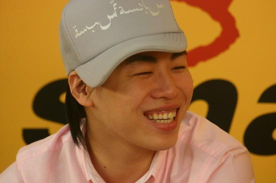 图文:胡彦斌做客畅聊奥运--懒人的帽子造型