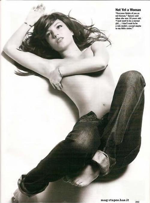 组图:布兰妮半裸为杂志拍摄封面一脱回到18岁