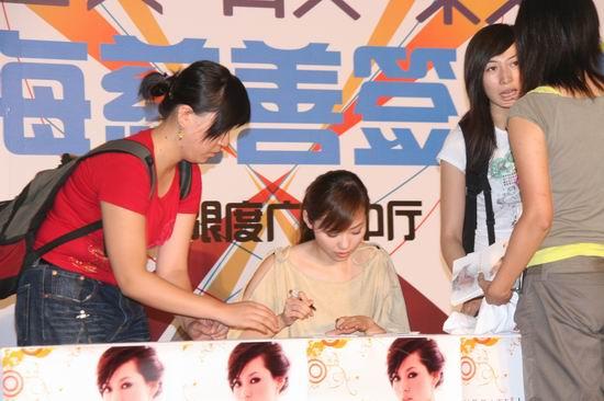 组图:张靓颖上海签售场面火爆盼歌迷做志愿者