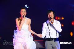 组图:梁咏琪内地首度开唱比基尼热裤性感上阵