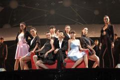组图:刘德华内蒙古开唱与露底舞伴玩楼梯诱惑