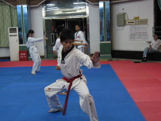 组图:张杰长沙偷师跆拳道欲做007英雄救美