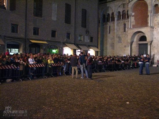 图文:帕瓦罗蒂遗体移送至教堂--歌迷排长队等候进场瞻仰遗容