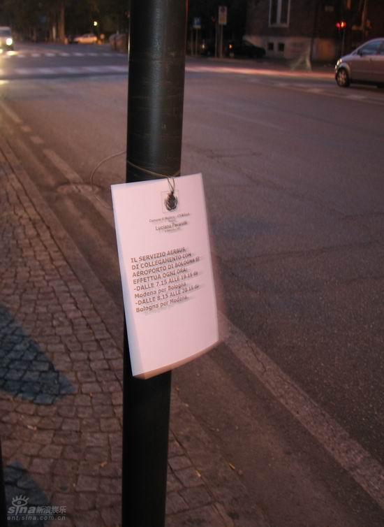 图文:公交车牌上悬挂着帕瓦罗蒂逝世的告示