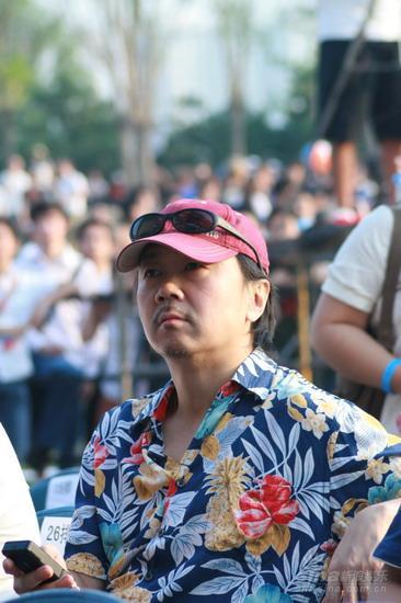 图文:崔健着夏威夷衬衫亮相台下悠闲当观众