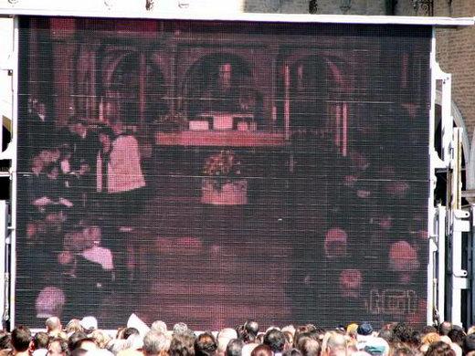 图文:帕瓦罗蒂葬礼现场--教堂内葬礼进行现场