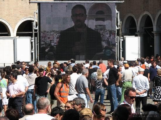 图文:帕瓦罗蒂葬礼现场--歌迷在教堂大屏幕前
