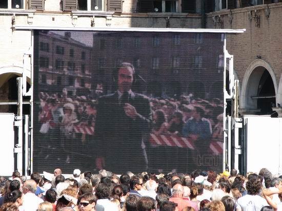 图文:帕瓦罗蒂葬礼现场--教堂大屏幕直播葬礼