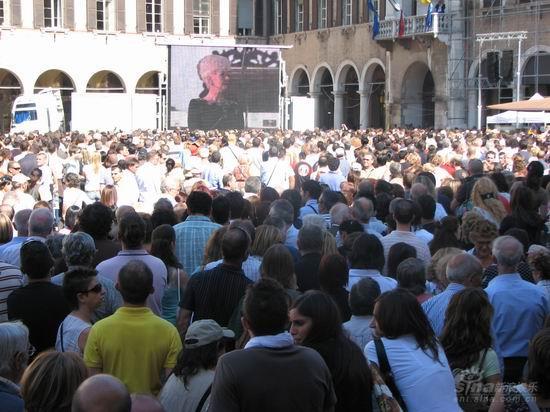 图文:帕瓦罗蒂葬礼现场--数万歌迷守候教堂前