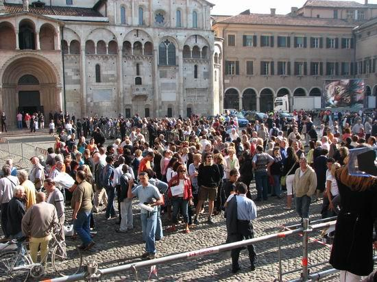 图文:帕瓦罗蒂葬礼将举行-教堂前已经聚集大量歌迷