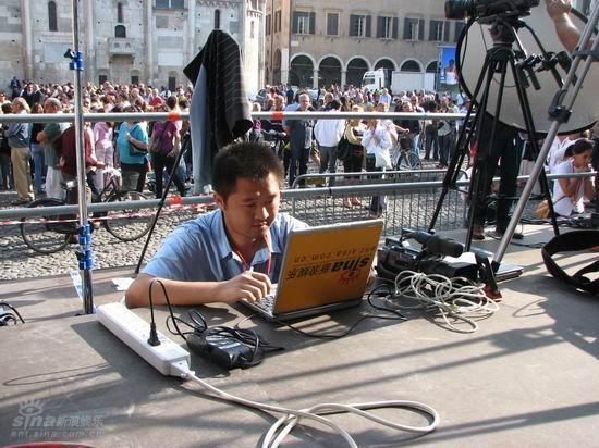 图文:新浪前方记者华琨在现场紧张工作中