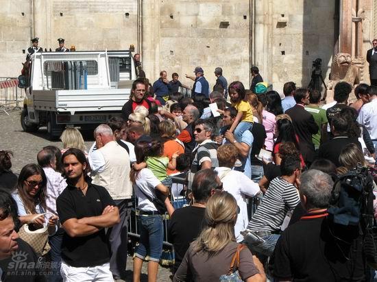 图文:帕瓦罗蒂葬礼将举行-歌迷堵在教堂门口