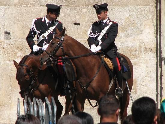 图文:帕瓦罗蒂葬礼将举行-骑兵守在教堂两侧