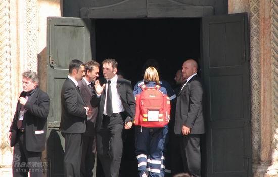 图文:帕瓦罗蒂葬礼将举行-医务人员进入教堂