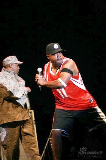 图文:PE主唱ChuckD运动装扮做出击球姿势